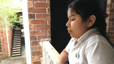 """""""Estoy angustiada"""", dice la niña que iba a ser deportada sola a El Salvador al saber que su caso se resolverá en octubre"""