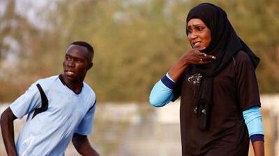 La primera entrenadora en un país árabe marca la historia en el fútbol