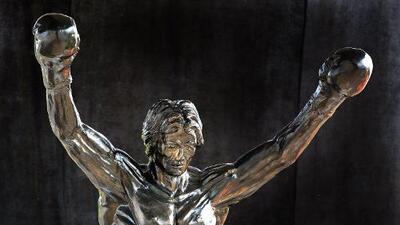 Visten estatua de Rocky Balboa con el jersey de los Patriotas