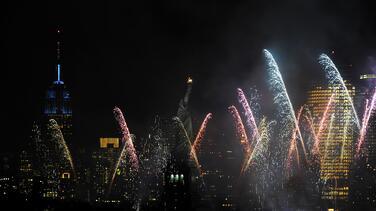 Fuegos artificiales y lugares icónicos iluminados: Nueva York celebra haber llegado a la meta de vacunación