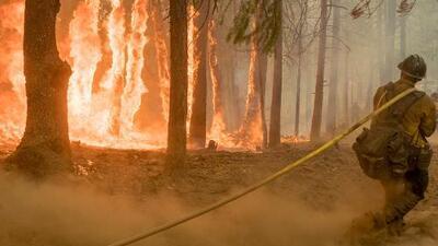 Así es la labor de los bomberos que intentan combatir el incendio Holy en California