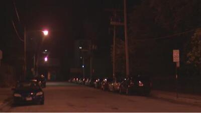 Dos hombres son heridos de bala en frente de una escuela primaria en el sur de Chicago