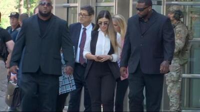 Sin decir ni una palabra, así fue la salida de Emma Coronel luego de la sentencia de 'El Chapo'