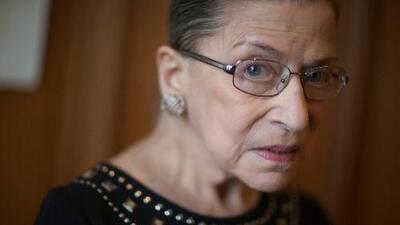 La jueza Ruth Bader Ginsburg es hospitalizada tras fracturarse tres costillas en una caída