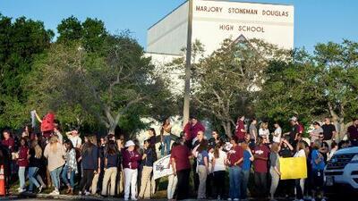 """""""Todos nos abrazamos cuando llegamos"""": El emotivo regreso a clases de los estudiantes de Parkland"""