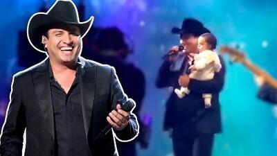 El 'dueto' más tierno: Julión Álvarez enamora al cantar en un show con su bebé en brazos