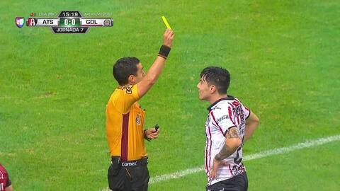 Tarjeta amarilla. El árbitro amonesta a Michael Pérez de Guadalajara