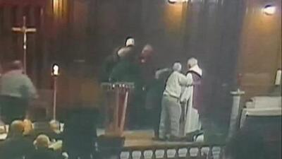 Apuñalan a un sacerdote en medio de una misa en Canadá