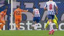 ¡Nadie le sale al paso! Oliveira dispara a placer y Szczesny desvía