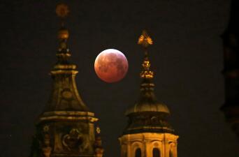 Las espectaculares imágenes que nos deja el eclipse lunar total, la superluna y Luna de sangre