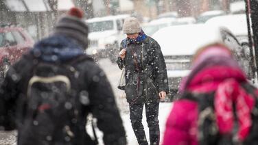 Llega una tormenta invernal a Chicago; se esperan acumulaciones de nieve
