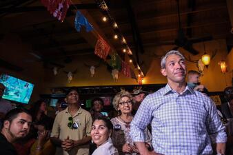 En fotos: Así esperan los resultados oficiales en el comando de campaña de Ron Nirenberg