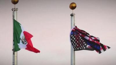 Indignación y polémica luego de que manifestantes bajaran una bandera de EEUU e izaran una de México en Aurora, Colorado