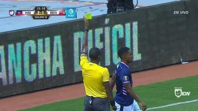 Tarjeta amarilla. El árbitro amonesta a Justin Donawa de Bermuda