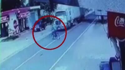 Un camión embistió a un ciclista y lo lanzó por el aire en Guatemala