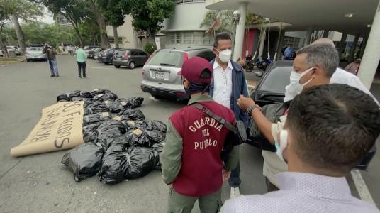 """""""Estamos muriendo"""": doctores protestan ante la gestión de la pandemia en varios países latinoamericanos"""