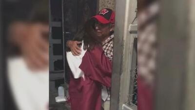 """""""No estuvo en todo momento, pero me vio graduada"""", dice la hija de un deportado que corrió con su diploma a abrazarlo en la frontera"""