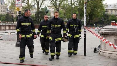 Los bomberos trabajaron 12 horas para sofocar el incendio en la catedral de Notre Dame, de ocho siglos de historia