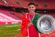 La afición del Ajax vitorea el mexicano Edson Álvarez tras ganar la Eredivisie
