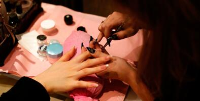 Salones de uñas reabren en California, pero en el condado de Fresno deberán esperar una semana más