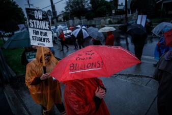 Protestas bajo la lluvia: primera huelga de maestros de Los Ángeles en 30 años