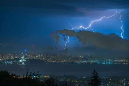 """Las tormentas con relámpagos estaban en el pronóstico del Servicio Meteorológico Nacional (NWS), pero su intensidad fue mucho mayor a la anticipada. El evento climático tomó por sorpresa a los residentes de la Bahía de San Francisco y marcó una tregua momentánea de  <a href=""""https://www.univision.com/local/san-francisco-kdtv/emiten-alerta-de-propagacion-de-incendios-por-la-ola-de-calor-excesivo-en-el-area-de-la-bahia"""" target=""""_blank"""">la ola de calor excesivo</a>, sin embargo, la alerta por altas temperaturas continúa vigente."""
