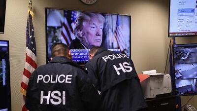 Revelan la estrategia de ICE para recibir información de policías en ciudades santuario y arrestar a indocumentados