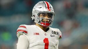 Patriots considera trade para obtener Justin Fields en NFL Draft