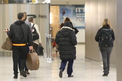 La cantante caminaba relajada hacia el punto de control de seguridad del aeropuerto.
