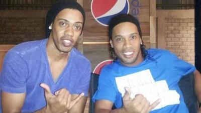 ¡No se talle los ojos! Ronaldinho manda a su doble para firmar autógrafos