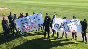 Fans del 'Man U' invaden entrenamiento con protestas