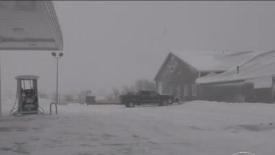 Tormenta invernal en plena primavera ha causado la cancelación de más de 1,700 vuelos y seguirá dejando nieve
