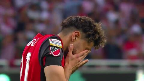 ¡CERCA!. Jonathan Osorio disparó que se estrella en el poste.