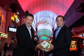 Juan Carlos Osorio encendió la bandera digital mexicana más grande del mundo en el centro de Las Vegas