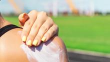Detectan altos niveles de peligroso cancerígeno en populares marcas de protector solar