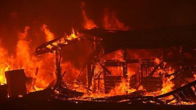 Siguen activos 16 incendios forestales en California: 320,000 acres han sido calcinados