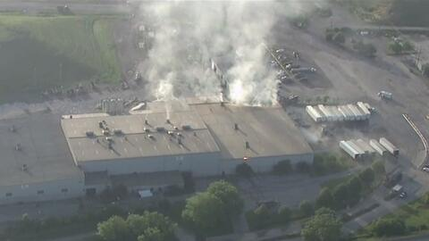 Dos incendios se registraron en Chicago: uno en un inmueble y otro en una plata de reciclaje
