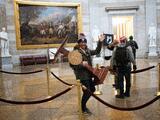 Un hombre de Florida fue captado llevándose un atril en el asalto al Capitolio de Washington