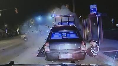 Conductor de grúa termina atrapado bajo las ruedas del auto que estaba remolcando
