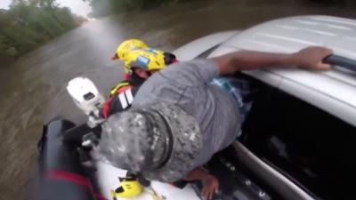 Equipo de emergencia de California enviado a Carolina del Norte logra rescatar a un hombre atrapado en una camioneta
