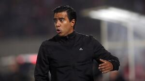 ¡No aprende! El DT venezolano César Farías agredió a un aficionado rival en Bolivia