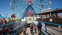 Reabre el parque de diversiones Luna Park, en Coney Island, tras un año de cierre por la pandemia