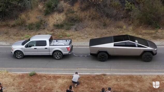 ¿Quién gana el duelo de poder, una camioneta convencional o la nueva Cybertruck de Tesla?