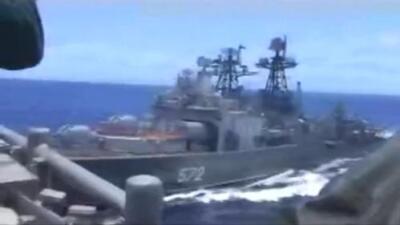 El tenso momento en el que casi chocan un buque de guerra de EEUU y otro de Rusia