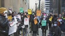 Padres de alumnos de las Escuelas Públicas de Chicago exigen mejoras en el proceso de educación