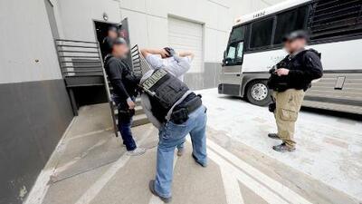 Cómo opera ICE en sus redadas masivas para arrestar a inmigrantes indocumentados