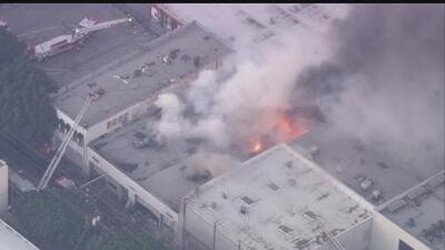 Voraz incendio en un negocio deja a 18 personas sin empleo en Los Ángeles