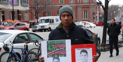 La violencia que EEUU exporta a México: un padre de los 43 de Ayotzinapa pide que no se vendan armas a su país