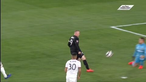 Rooney pinta al portero con 'sombrerito' y DC United aumenta ventaja 2-0