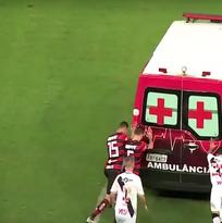 ¡Increíble, pero real! Futbolistas brasileños empujaron ambulancia varada en la cancha